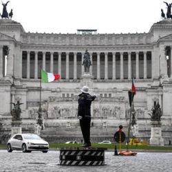 Torna in funziona la storica pedana dei vigili urbani a piazza Venezia a Roma, 16 marzo 2021. ANSA/RICCARDO ANTIMIANI
